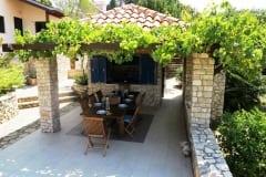 24_terasa-ispred-ljetne-kuhinje-a-kuca-je-lijevo-Kopiraj